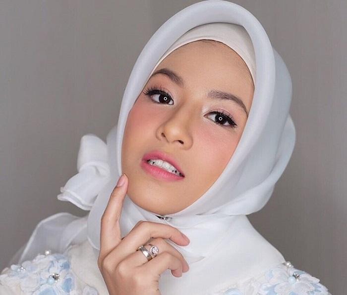 https: img.okezone.com content 2017 11 17 194 1815894 sembuh-dari-penyakit-parah-natasha-rizky-semakin-mantap-kenakan-hijab-44k349l4hH.jpg