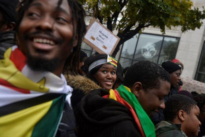 https: img.okezone.com content 2017 11 19 18 1816627 gelar-aksi-long-march-warga-zimbabwe-di-inggris-tuntut-presiden-mugabe-mundur-b4MdGyPkpJ.jpg