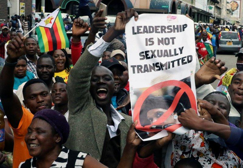 https: img.okezone.com content 2017 11 20 18 1817306 mahasiswa-teriakkan-yel-yel-anti-mugabe-ujian-di-universitas-zimbabwe-ditunda-Oj6qusuigz.JPG