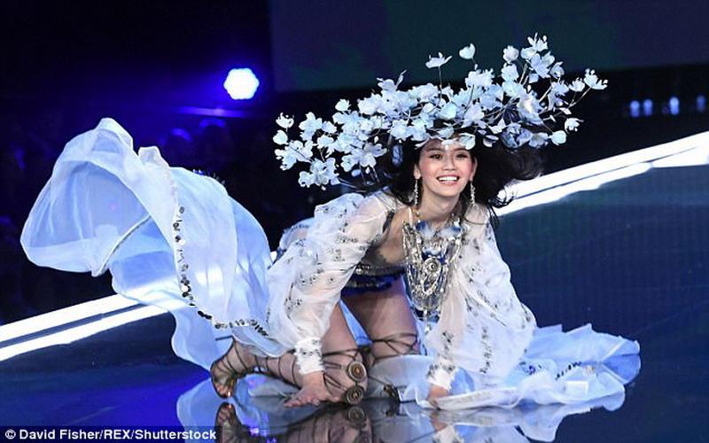 https: img.okezone.com content 2017 11 21 194 1817929 detik-detik-terjatuhnya-model-ming-xi-di-victoria-s-secret-2017-fashion-show-cu92t51A3J.jpg