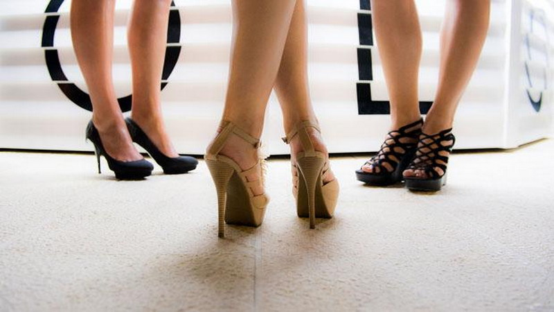 https: img.okezone.com content 2017 11 22 196 1818561 memahami-kepribadian-wanita-dilihat-dari-leher-pinggang-hingga-kakinya-GrHNWskt0F.jpg