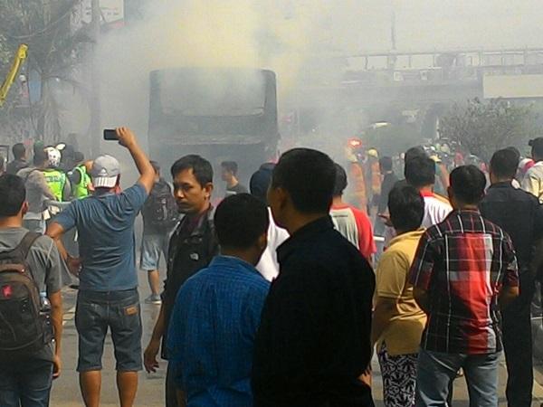 https: img.okezone.com content 2017 11 24 338 1819797 bus-terbakar-di-slipi-semua-penumpang-selamat-ZBmhVaxD7S.jpg