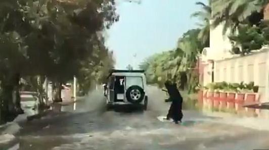 https: img.okezone.com content 2017 11 28 18 1821980 banjir-di-jeddah-justru-dibawa-senang-oleh-perempuan-ini-otVkwa1lAF.png