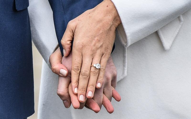 https: img.okezone.com content 2017 11 28 194 1821821 berhias-berlian-inikah-harga-fantastis-cincin-tunangan-meghan-markle-dari-pangeran-harry-98QhcmztAl.jpg