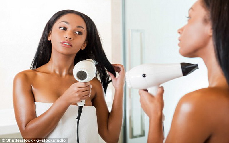 https: img.okezone.com content 2017 11 28 194 1822048 ladies-simak-cara-benar-membersihkan-hair-dryer-catokan-rambut-jangan-pakai-tisu-basah-rq7VDTijJb.jpg