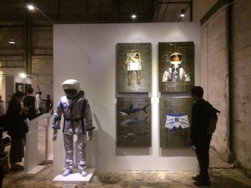 https: img.okezone.com content 2017 11 28 194 1822243 9-seniman-unjuk-karya-seni-dalam-pameran-fashion-exhibition-3kOum1e6Af.jpeg