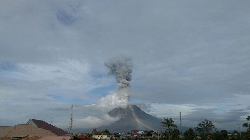 https: img.okezone.com content 2017 11 29 340 1822266 2-kali-erupsi-gunung-sinabung-luncurkan-awan-panas-sejauh-3-km-wyOvP6SX5m.jpg