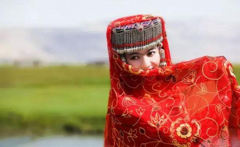 https: img.okezone.com content 2017 12 01 406 1823594 suku-tajik-gudang-wanita-cantik-di-china-Ivx1Wud3OA.jpg
