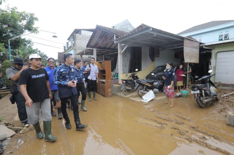 https: img.okezone.com content 2017 12 02 519 1824121 banjir-di-pacitan-ibas-bersama-relawan-gotong-royong-bersihkan-material-lumpur-Yw2QmDT9u6.jpg
