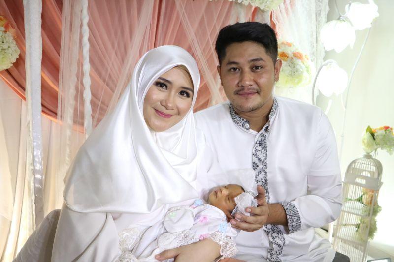 https: img.okezone.com content 2017 12 03 33 1824403 ryana-dea-dan-puadin-redi-gelar-aqiqah-anak-pertama-Jqi9y2b52M.jpg