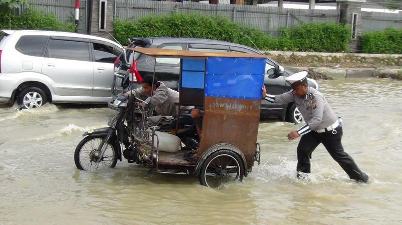 Banjir Di Medan Bikin Macet Parah Sejumlah Kendaraan Mogok Okezone News