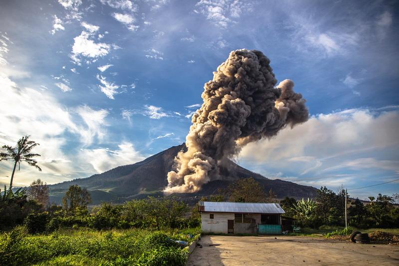 https: img.okezone.com content 2017 12 06 340 1825787 malam-ini-sinabung-dua-kali-erupsi-timbulkan-gempa-vulkanik-VqFbduxZo4.jpg