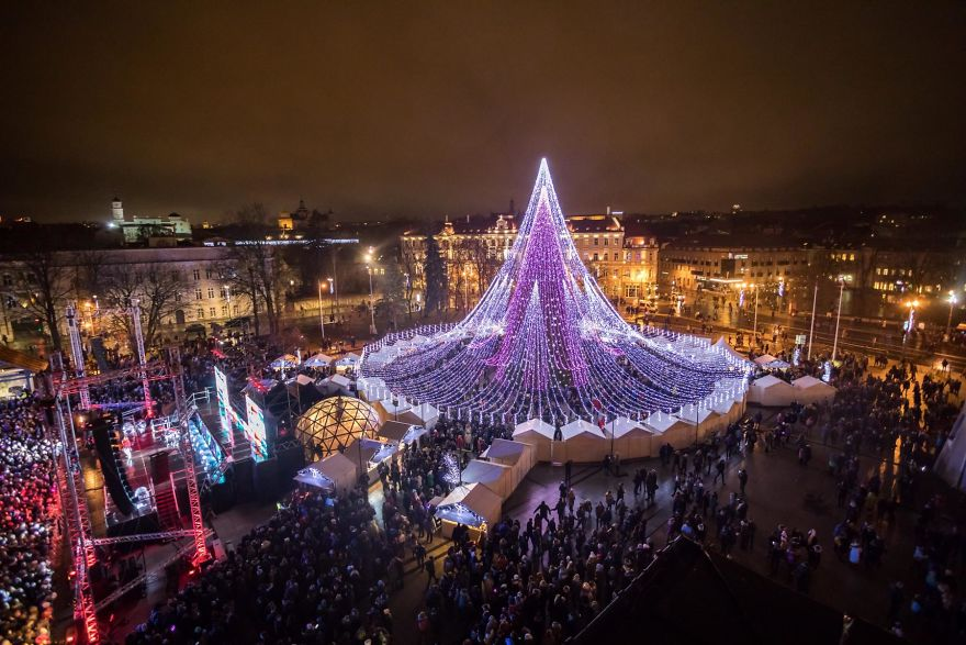 https: img.okezone.com content 2017 12 07 406 1826503 pohon-natal-raksasa-setinggi-27-meter-yang-terbuat-dari-70-ribu-bola-lampu-di-lituania-jadi-viral-36ipThGvMC.jpg