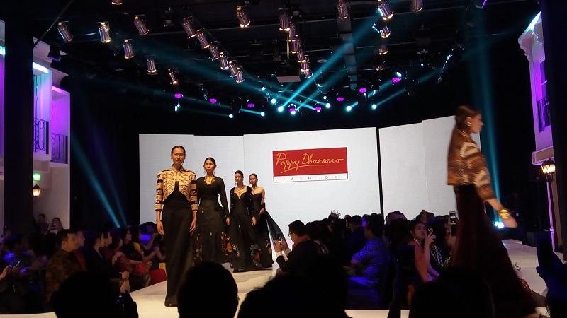 https: img.okezone.com content 2017 12 08 194 1827560 poppy-dharsono-dapat-penghargaan-lifetime-achievement-di-ajang-i-fashion-festival-kpQrC7xlTY.jpg