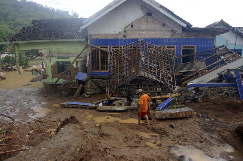 https: img.okezone.com content 2017 12 08 519 1827121 warga-pacitan-alami-kerugian-rp600-miliar-dari-dampak-bencana-banjir-dan-longsor-VCBvGhGJNl.jpg