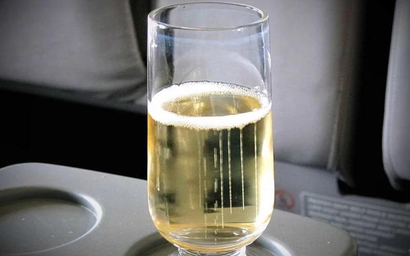https: img.okezone.com content 2017 12 12 298 1829199 pesawat-mendarat-mendadak-gara-gara-penumpang-ngotot-minta-champagne-tambahan-ahKkN8DXs5.jpg