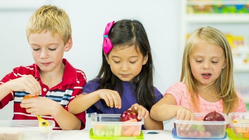 https: img.okezone.com content 2017 12 12 298 1829321 etika-yang-harus-diajarkan-ke-anak-saat-bawa-bekal-ke-sekolah-tGukJI13tn.jpg