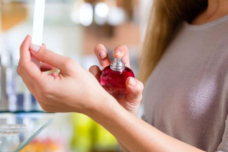 https: img.okezone.com content 2017 12 14 194 1830290 agar-wanginya-tahan-lama-ketahui-5-aturan-menyemprotkan-parfum-nQtbpJmNiN.jpg