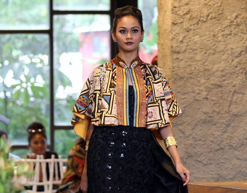 https: img.okezone.com content 2017 12 16 194 1831345 koleksi-batik-prada-nusantara-adji-notonegoro-dilukis-sendiri-dengan-tinta-emas-icFq1V0eQN.jpg