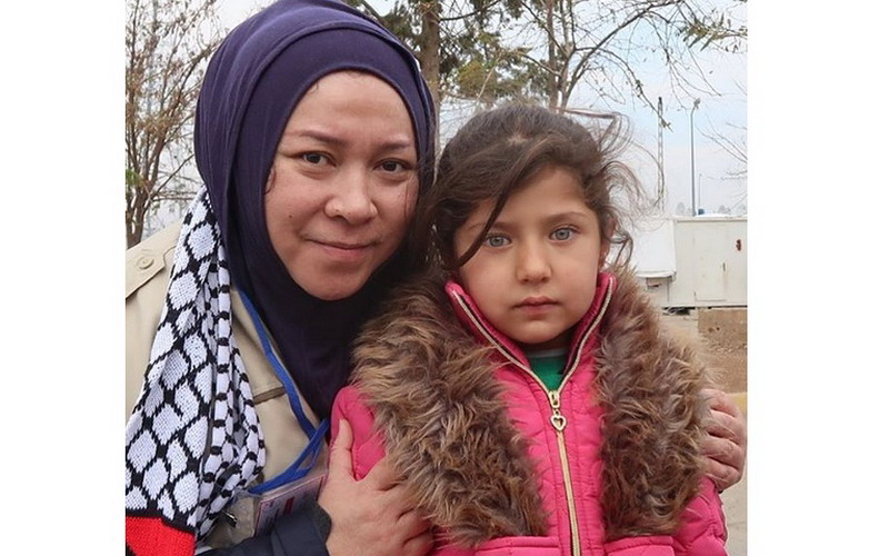 https: img.okezone.com content 2017 12 21 33 1834131 tangis-melly-goeslaw-kagumi-kecantikan-anak-anak-palestina-jzlFPsG2ZT.jpg