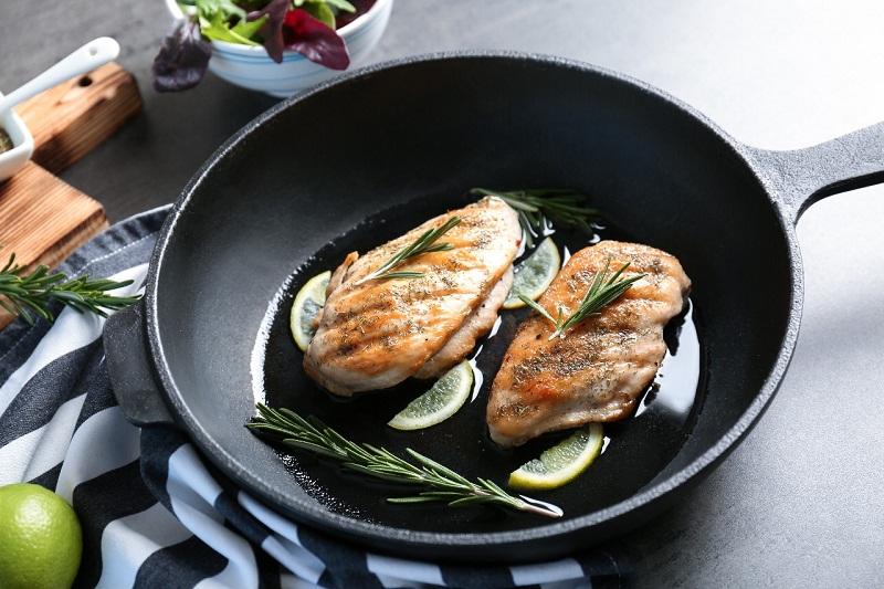https: img.okezone.com content 2017 12 22 298 1834849 tips-memilih-minyak-goreng-dan-cara-menggunakannya-agar-makanan-lebih-sehat-DoxOPxz1G7.jpg