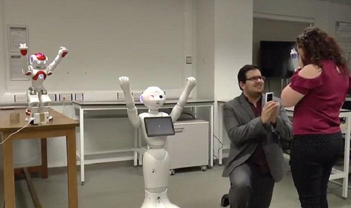 https: img.okezone.com content 2017 12 28 196 1836788 aksi-pria-lamar-kekasih-dengan-bantuan-robot-menari-jadi-viral-romantis-ala-zaman-now-rP5yrIUdj5.jpg