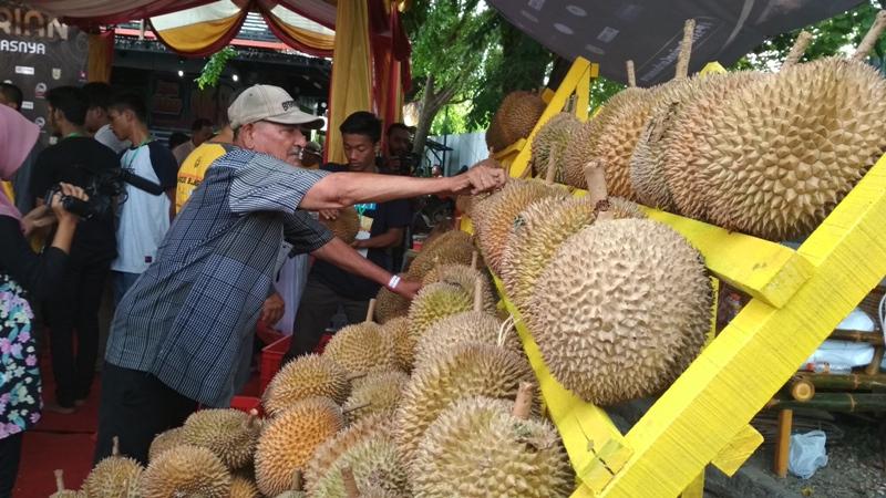https: img.okezone.com content 2017 12 30 298 1837890 cukup-bayar-rp50-ribu-di-sini-makan-durian-sepuasnya-M5kr5kNJGS.jpg
