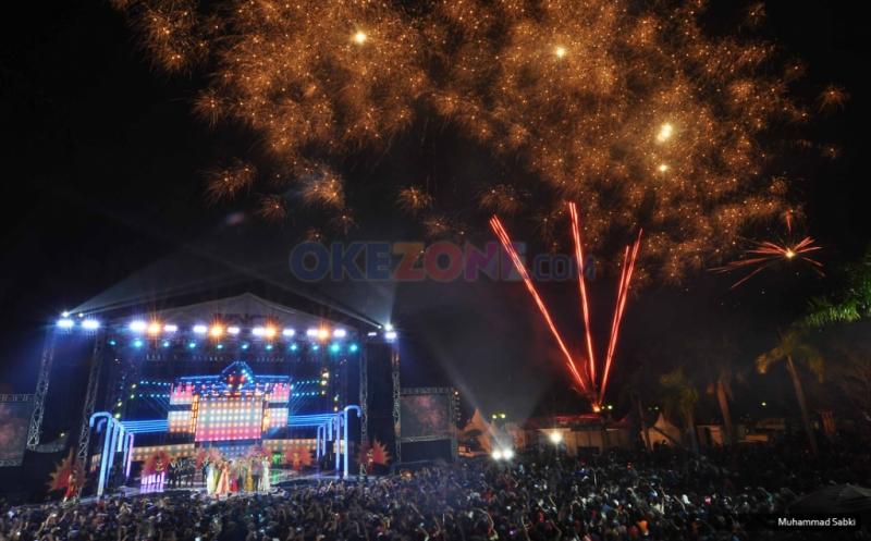 https: img.okezone.com content 2017 12 31 340 1838284 rayakan-malam-tahun-baru-warga-makassar-tumpah-ruah-di-pantai-losari-xEs3so3lvm.jpg