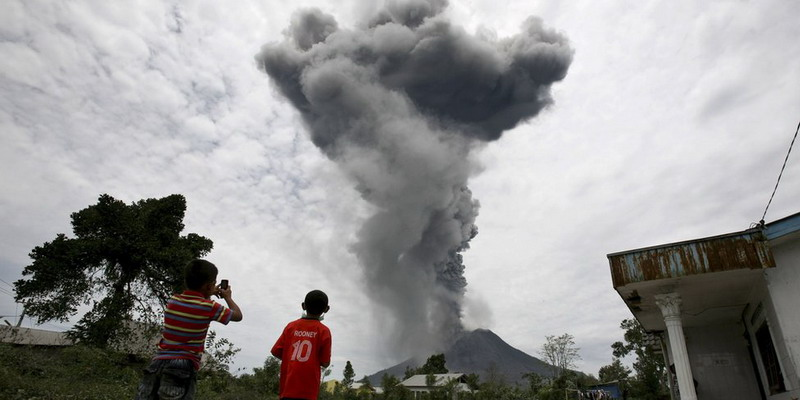 https: img.okezone.com content 2018 01 02 340 1838940 awal-2018-gunung-sinabung-7-kali-erupsi-1Gragg3xej.jpg