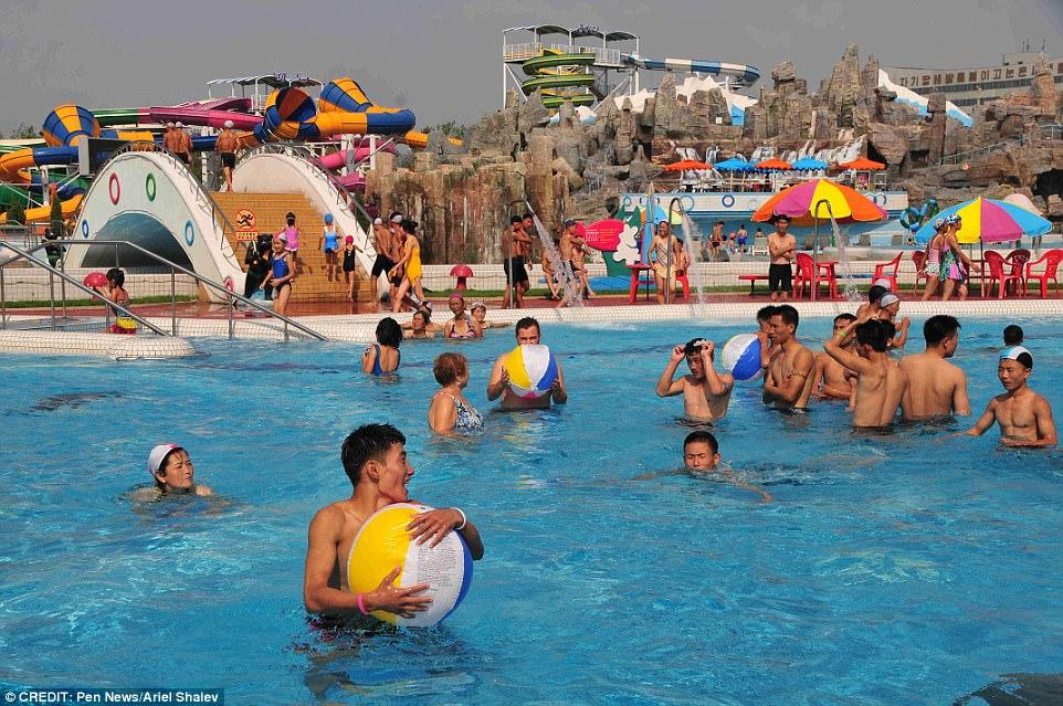 https: img.okezone.com content 2018 01 03 406 1839263 foto-water-park-korea-utara-tersebar-di-internet-begini-penampakannya-SVHIDnOeI8.jpg