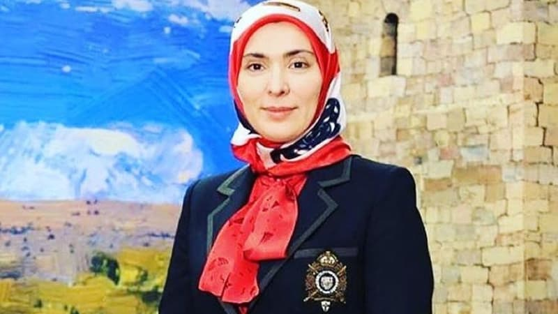 https: img.okezone.com content 2018 01 04 194 1839784 intip-gaya-hijab-simpel-ala-aina-gamzatova-wanita-muslim-sang-penantang-putin-0fjCgS12OT.jpg