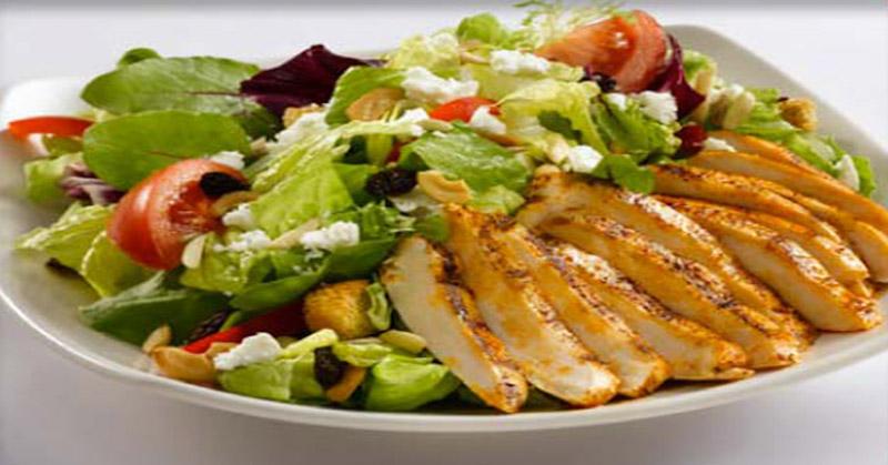 https: img.okezone.com content 2018 01 05 298 1840493 lezatnya-menyantap-salad-dengan-gorengan-bakwan-jagung-1vtMwjwFdW.jpg