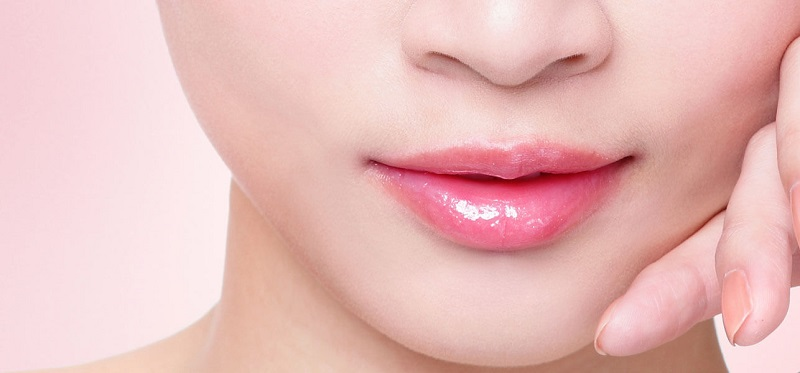 https: img.okezone.com content 2018 01 06 194 1841036 tak-lagi-matte-lipstik-glossy-dan-glowing-bakal-jadi-tren-2018-QWR1GMMZtZ.jpg