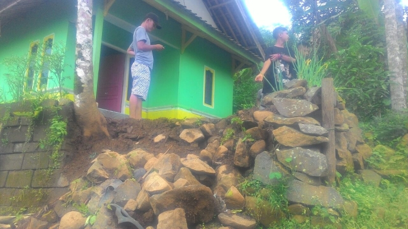 https: img.okezone.com content 2018 01 08 525 1841556 warga-satu-desa-di-majalengka-diungsikan-akibat-pergerakan-tanah-X7GhUTCO6e.jpg