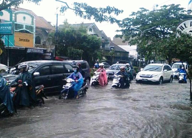 https: img.okezone.com content 2018 01 09 519 1842392 hujan-dua-jam-kota-malang-dikepung-banjir-dan-pohon-tumbang-XYlNas0Ok8.jpg
