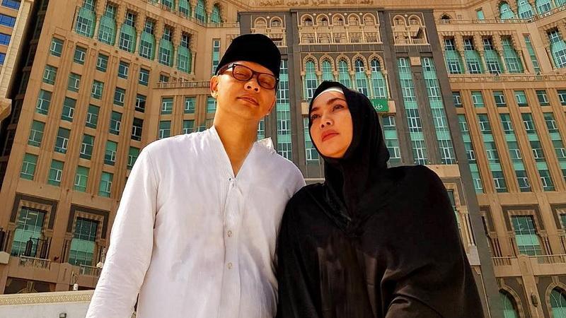 https: img.okezone.com content 2018 01 11 33 1843514 ultah-pernikahan-ke-24-begini-curahan-hati-armand-maulana-untuk-dewi-gita-75efjjoyJS.jpg