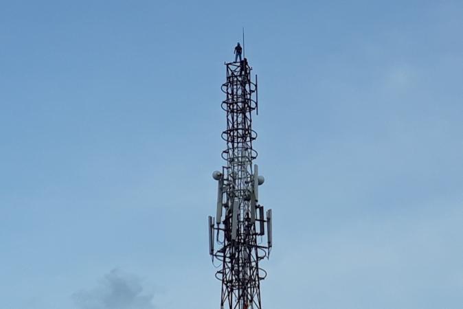 https: img.okezone.com content 2018 01 11 340 1843679 pelajar-di-kendari-panjat-tower-42-meter-untuk-bunuh-diri-JRLPQjcgJz.jpg