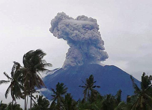 https: img.okezone.com content 2018 01 11 340 1843724 gunung-agung-erupsi-semburkan-abu-setinggi-2-5-kilometer-X5cFVSln8l.jpg