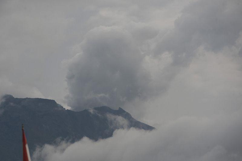 https: img.okezone.com content 2018 01 12 340 1843874 gunung-agung-kembali-erupsi-pasca-radius-bahayanya-diturunkan-ObDgJWnih8.jpg