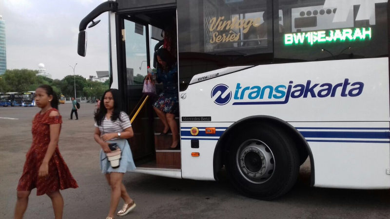 https: img.okezone.com content 2018 01 13 338 1844569 30-transjakarta-fasilitasi-warga-yang-akan-merayakan-acara-natal-bersama-GBrRj24cbW.jpg