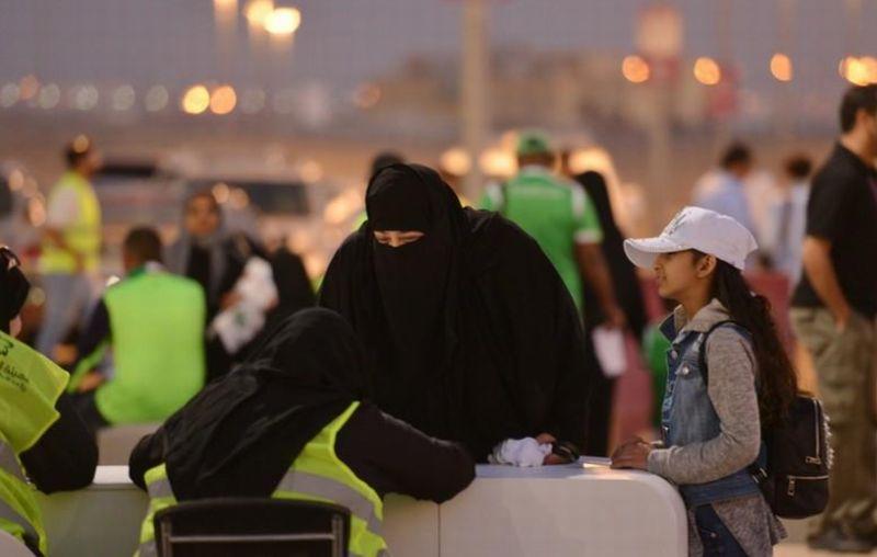 https: img.okezone.com content 2018 01 14 18 1844794 perempuan-di-arab-saudi-diizinkan-menonton-sepak-bola-langsung-di-stadion-zJUjRqk7NV.jpg