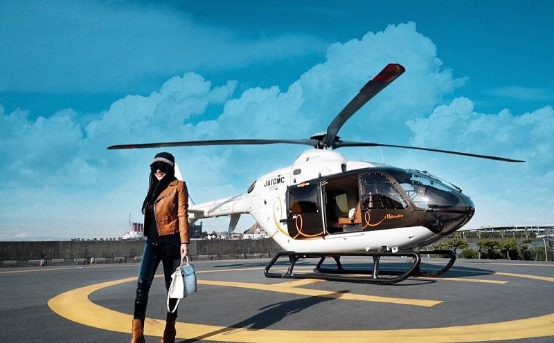 https: img.okezone.com content 2018 01 14 406 1844732 liburan-di-jepang-syahrini-naik-helikopter-hermes-ziPtYeCAj2.jpg