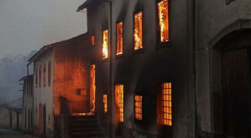 https: img.okezone.com content 2018 01 15 18 1845080 presiden-portugal-kunjungi-lokasi-kebakaran-yang-tewaskan-8-orang-5KNx4miODl.jpg