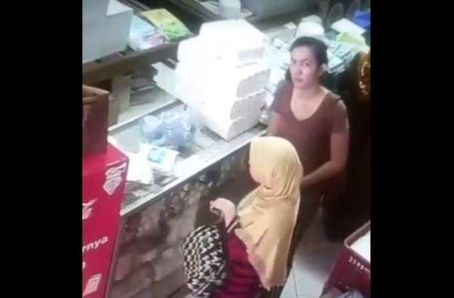https: img.okezone.com content 2018 01 15 512 1845230 2-wanita-terekam-cctv-mencuri-si-pemilik-toko-ogah-bawa-ke-polisi-miPzDwCjrZ.JPG