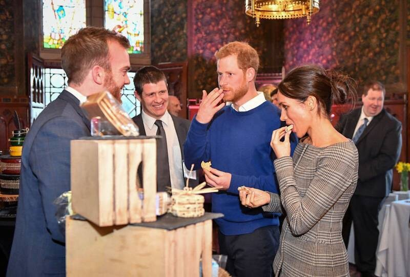 https: img.okezone.com content 2018 01 19 298 1847369 berkunjung-ke-wales-pangeran-harry-meghan-markle-cicipi-kue-pengantin-l5UpPGf3y7.jpg