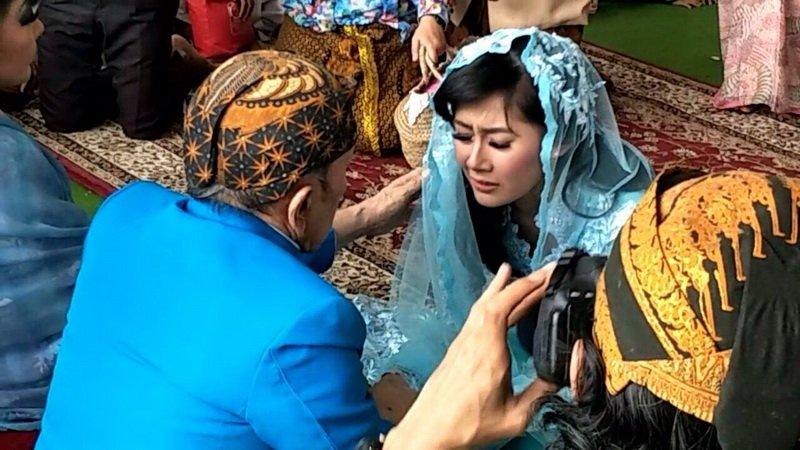 https: img.okezone.com content 2018 01 21 33 1848076 ardina-rasti-dan-arie-dwi-andhika-jatuh-cinta-di-musala-o3GBbQffNY.jpg