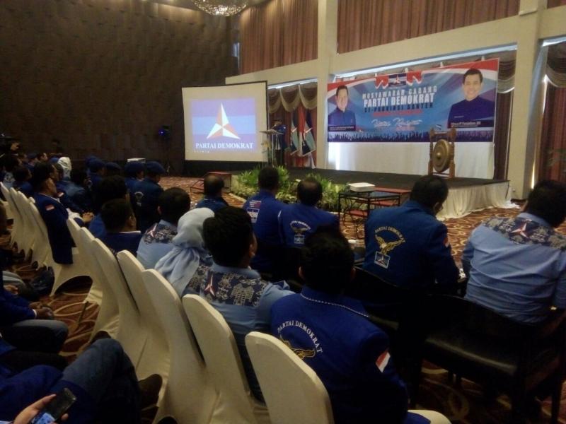 https: img.okezone.com content 2018 01 22 340 1848662 pramono-edhie-pimpin-musyawarah-cabang-partai-demokrat-se-banten-LkzwKonOka.jpg