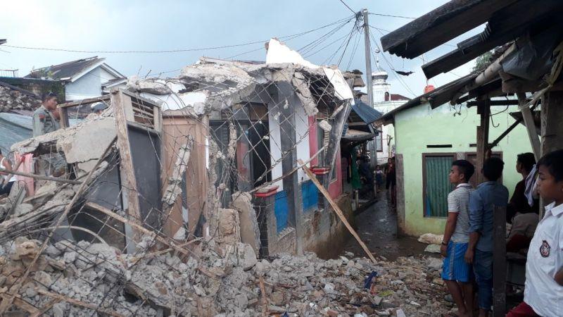 https: img.okezone.com content 2018 01 23 338 1849098 gempa-banten-terasa-hingga-bogor-1-rumah-di-puncak-ambruk-aBep4dmQGj.jpg