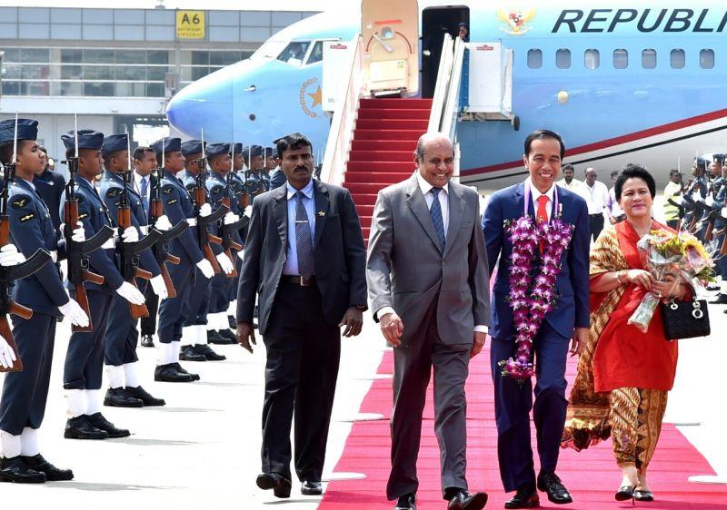 https: img.okezone.com content 2018 01 24 18 1849648 tiba-di-sri-lanka-presiden-jokowi-diberi-daun-sirih-PtWO7HtreR.jpg