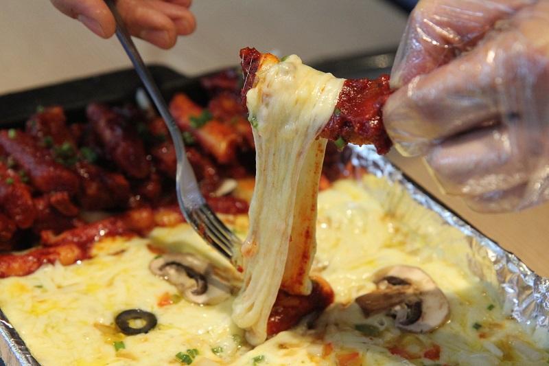 https: img.okezone.com content 2018 01 25 298 1850295 makanan-serba-keju-yang-wajib-dicoba-cheese-lovers-kejunya-meleleh-kemana-mana-qBdHevZfd5.jpg